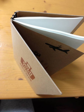 クラフト表紙には3本ゴムひもが通っていて3冊ノートがはさめます。