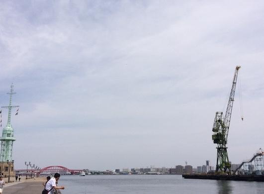 煉瓦倉庫店前の海