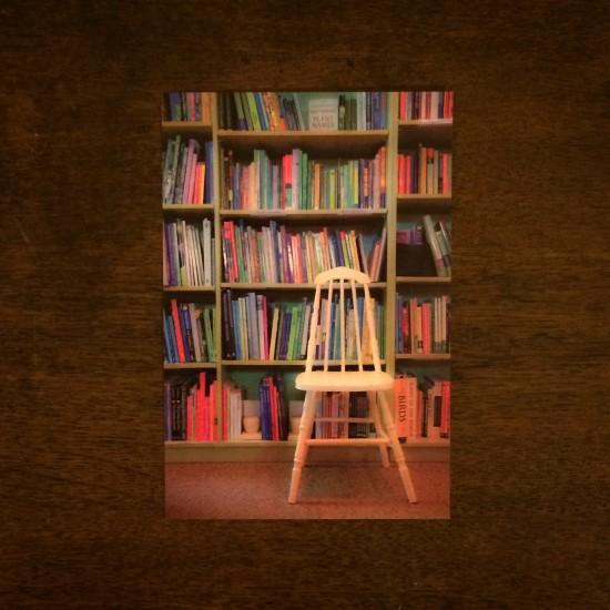 代官山蔦屋で購入。 カラフルでエネルギッシュな本棚に、ヒトメボレ。