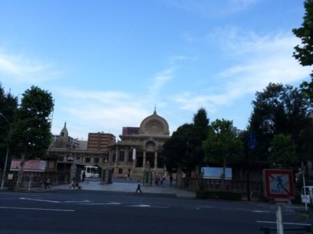 築地本願寺がよく見える道を見つけた。